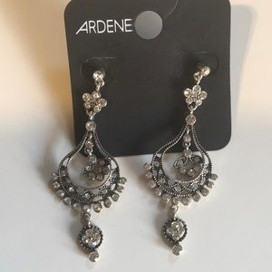 ✨NWOT Silver colored ARDENE dangle earrings✨